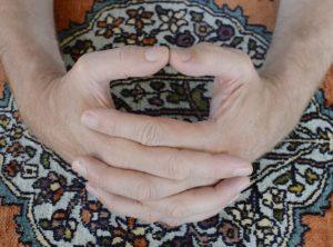 Interlock fingers on carpet
